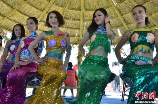 新疆人体_图新疆维族姑娘载歌载舞欢庆哈密瓜节开幕9