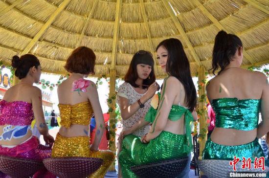 新疆人体_新疆美人鱼人体彩绘助阵博斯腾湖捕鱼节