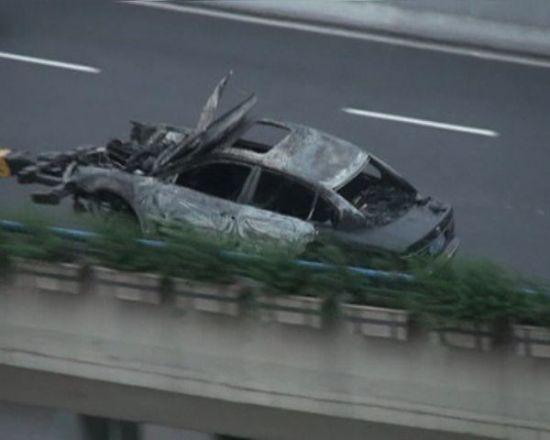 整辆车就被烧得只剩下一个铁壳。来源:读者供图