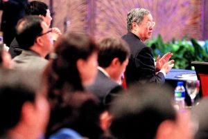 全国政协副主席、中国人民银行行长周小川(右一)