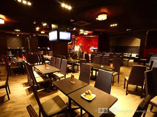 贝斯音乐餐厅 地址:浦东新区世博大道1368号世博源LM02号商铺(上南路口) 电话:021 31190163 坐落于世博源一区的西式小餐厅。店内装饰很雅致,有点复古的风格。入夜时分,欣赏着美丽的浦江夜景,听着慵懒的爵士音乐,现场定时有萨克斯表演已经其他乐队表演,慵懒的气氛就这样漫开来。
