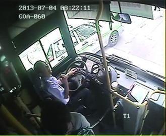 8时22分,司机告诉乘客自己不适,并打开车门请乘客下车。
