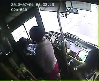 8时23分,一位女乘客为司机涂药膏。
