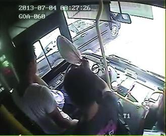 乘客帮其扇扇子