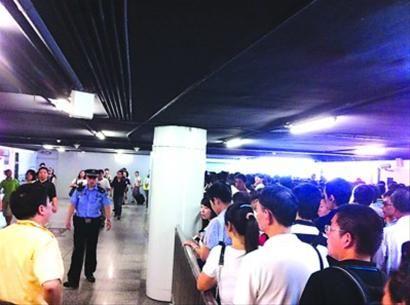 □昨晨轨交曹杨路站换乘通道内,11号线换乘3、4号线方向人潮拥挤,反方向却很通畅。/读者供图