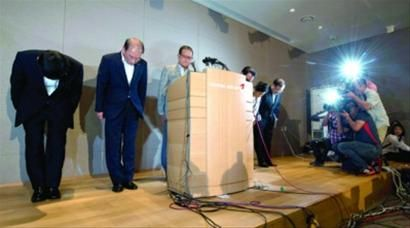 7月7日,在韩国首尔韩亚航空总部,社长尹永斗(左三)等公司负责人就飞机失事鞠躬道歉。