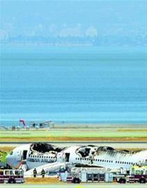 当地消防等部门在波音777-200型客机失事后紧急救援