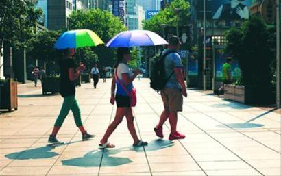 □昨天15时,三名游客穿过空空荡荡的南京路步行街。 /晨报记者 吴磊