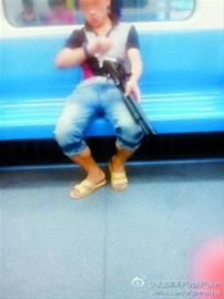 """□前晚,""""持枪男""""在9号线车厢内作瞄准状。 网友微博图片"""