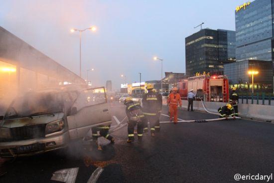 内环高架近内圈宛平南路下匝道附近,发生一起面包车自燃事故。来源:新浪微博网友
