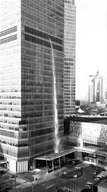 国金中心泻下一柱水流被称人造瀑布实为排水