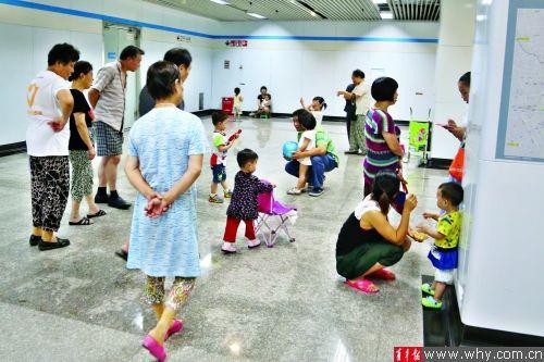 记者在8号线成山路地铁站内看到,部分市民扶老携幼,在地铁站内休闲玩闹,十分惬意