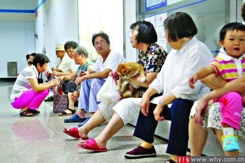 在8号线成山路地铁站,一些市民在站厅内休息纳凉。本报记者 施培琦 摄