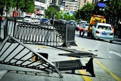 事发现场一片狼藉,肇事车辆被拖离。/晨报记者 肖允