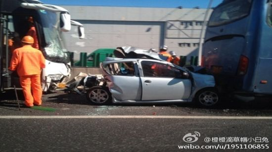 """比亚迪轿车卡在两车之间,挤成""""夹心饼""""。微博网友图"""