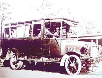 木结构公共汽车。