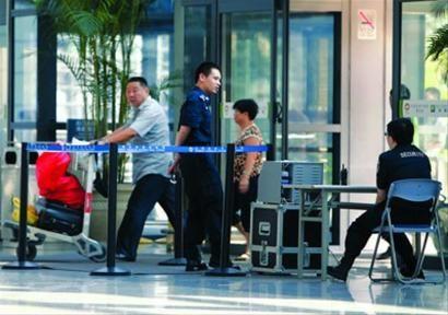 □前天起,上海虹桥、浦东机场安检提升等级,所有乘客的鞋子和皮带等物品必须逐一过检。 /晨报记者 殷立勤