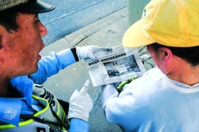 □周家嘴路黄兴路路口,交警让乱穿马路者现场读晨报。 /晨报记者 肖允
