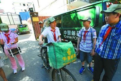 """""""邮局的自行车好重!""""参加邮递员岗位体验的同学发出这样的感叹。"""