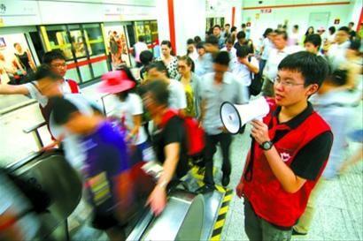小小地铁志愿者正在轨交7号线帮助维持秩序。