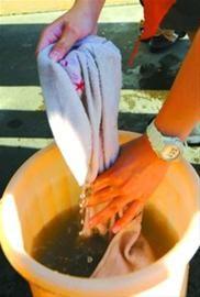 面对污黑的抹布和水桶,孩子们的手势显得有些生疏。