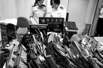 □海关工作人员正在对查获的名牌包鞋进行查点 /晨报通讯员