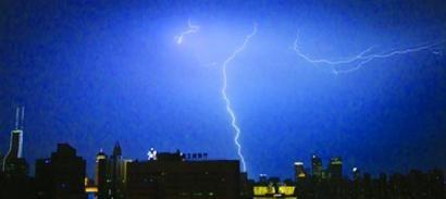 昨天傍晚起,一场久违的雷雨降临本市,一扫暑热带来短暂清凉。晨报记者 竺钢