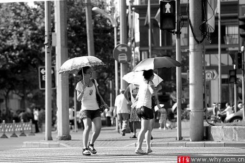 """长宁路定西路路口,两位年轻人""""无视""""红灯横穿马路。 青年报首席记者 贺佳颖 摄"""