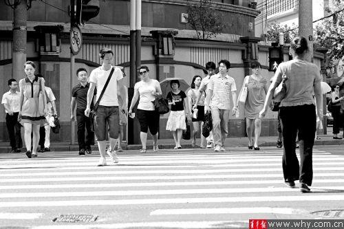 北京西路江宁路路口,大多数年轻人都没有闯红灯。青年报记者 丁嘉 摄