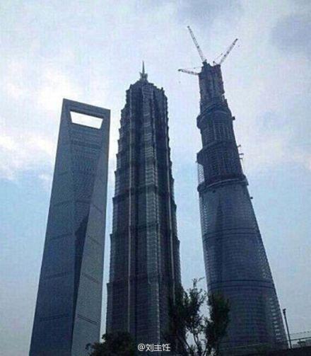 """""""上海中心""""、上海环球金融中心和金茂大厦被网友调侃为""""厨房三件套"""",因为它们的造型分别像是打蛋器、开瓶器和注射器。"""