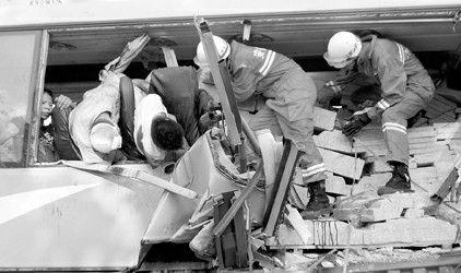 图片说明:昨天,合肥市公安消防支队官兵在事故现场救援。 新华社发