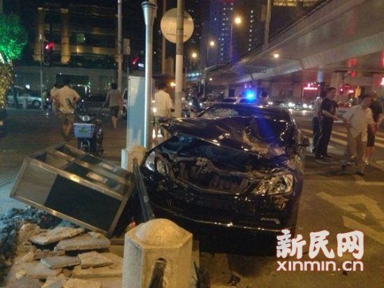 昨晚,延安西路镇宁路一辆奔驰撞到两名养护工人,造成1死1伤。新民网记者 胡彦珣 摄