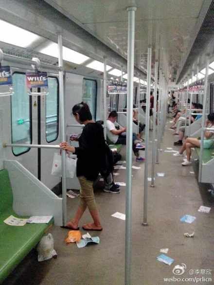 网友拍摄的现场图片,小广告泛滥2号线车厢几乎成了垃圾场