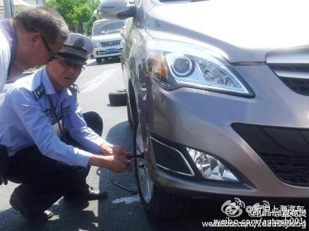 交警帮助换轮胎