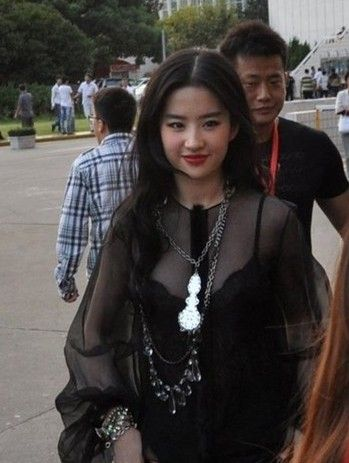 刘亦菲陪干爹k歌 干爹似助理护驾美女图