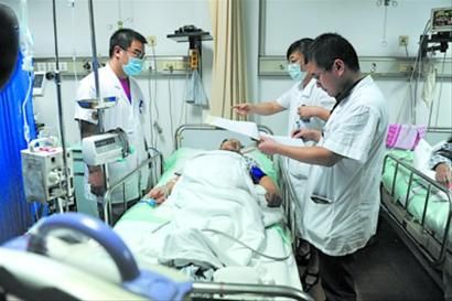 医护人员正在急救伤者