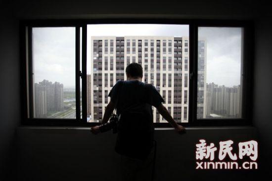图说:站在事发德康苑的走廊上,可看见外面成排的济经适用房。新民网记者 萧君玮 摄