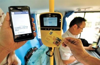 上图:记者在新型校车上拟定了一张校车卡,刷卡后,手机上立即显示出上下客信息。
