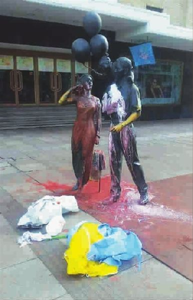 """■ """"三口之家""""雕塑被人泼上了红色和白色油漆网友 供图"""