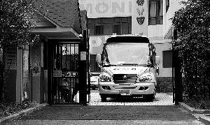 ▲ 昨日,一辆新型专用校车从普陀一家幼儿园驶出。早报记者 张栋 图