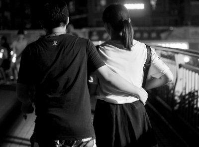 一对大学生情侣在福州学生街逛街