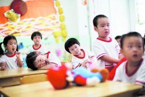 9月2日,市立幼儿园,刚入学的孩子们在教室内玩耍。   早报记者 杨一 图