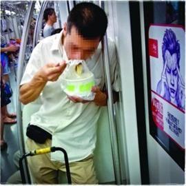 对于地铁车厢内禁食,有常委会组成人员提出应先界定饮食范围。/晨报记者 竺钢