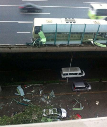 高架隔音板被撞坏掉落地面,3车遭殃。网友供图