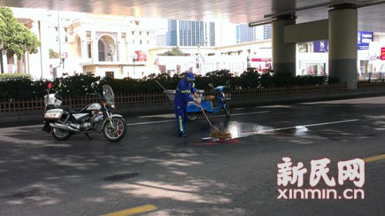 清洁工正在现场清理。新民晚报记者 陈浩 摄