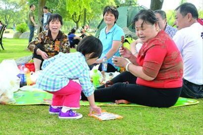 看到了美也留下了美 10月4日,东方绿舟,一名正在草地野餐的小女孩将草坪上的空包装袋捡起,这一举动引起了周围大人的一致称赞。国庆期间,前往东方绿舟露营野餐的家庭日益增多,有市民表示,在这清爽的自然环境里,每个人都有义务将垃圾带走。 /晨报记者 肖允