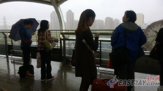 由于狂风暴雨,许多乘坐地铁的市民被挡在站内进出不得