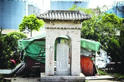 □有人在墓园内搭建了储物棚,而园内还有各种废品。 晨报记者 肖允 实习生 宋杨