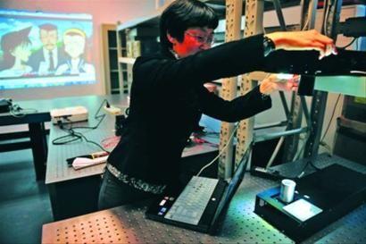 □复旦实验室内,光感无线网络实现提速的原型机正在演示上网。 /晨报记者 陈征