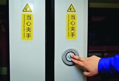 人性化的乘客手动开、关按钮。 /晨报记者 竺钢